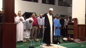 ini Akhi Abdul'adzim. Shaykh Adel Bawazeer kalau khutbah juga pakai baju begini, tapi ditambah pake tudung Saudi yang merah kotak-kotak itu mbuh apa namanya